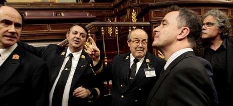 Los ujieres dan indicaciones a parlamentarios de ERC.
