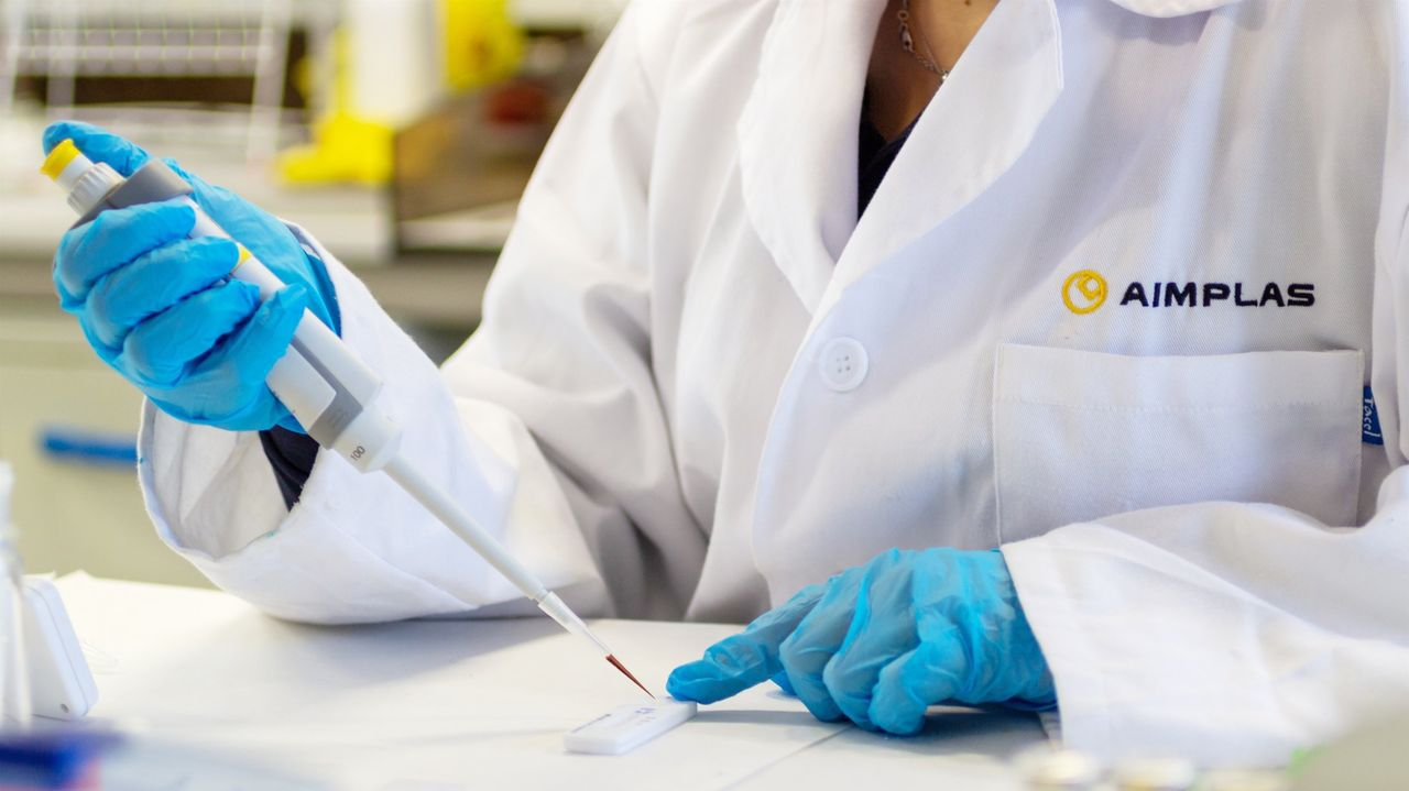 La ministra de Sanidad visita la planta de Biofabri en O Porriño.El kit