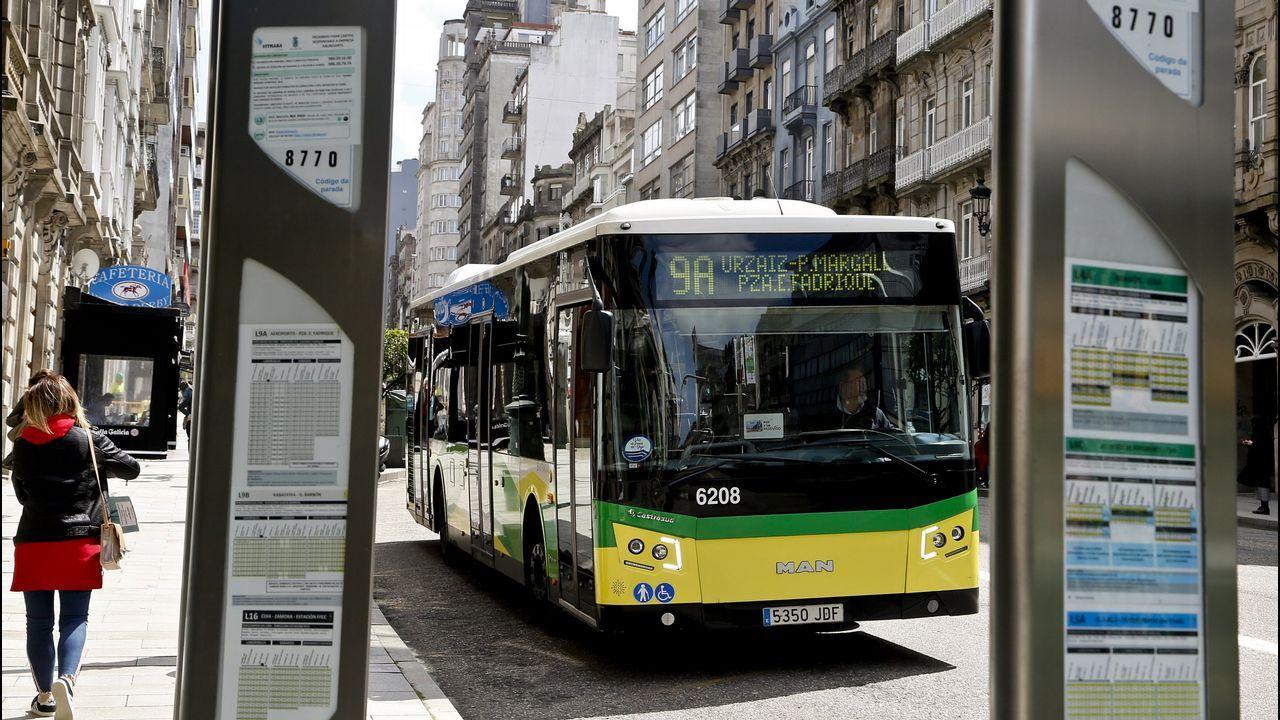 Autobús urbano en una parada de Vigo