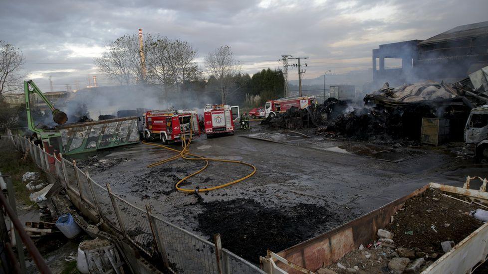 Cenizas tras el voraz incendio en la nave de reciclaje de Acteco en el polígono industrial de Sabón, en Arteixo