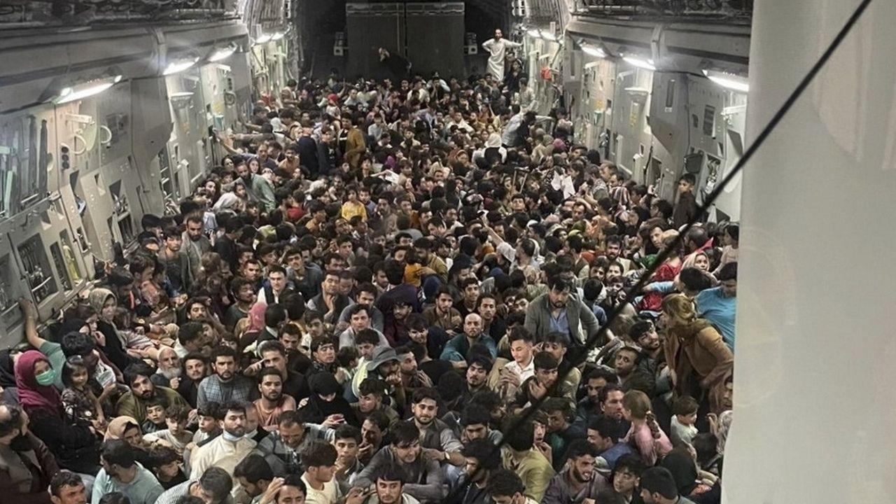 LA IMAGEN DE LA DESESPERACIÓN. Unas 640 personas hacinadas en el suelo en la bodega de carga de un avión militar de EE.UU., un U.S. Air Force C-17 Globemaster III.