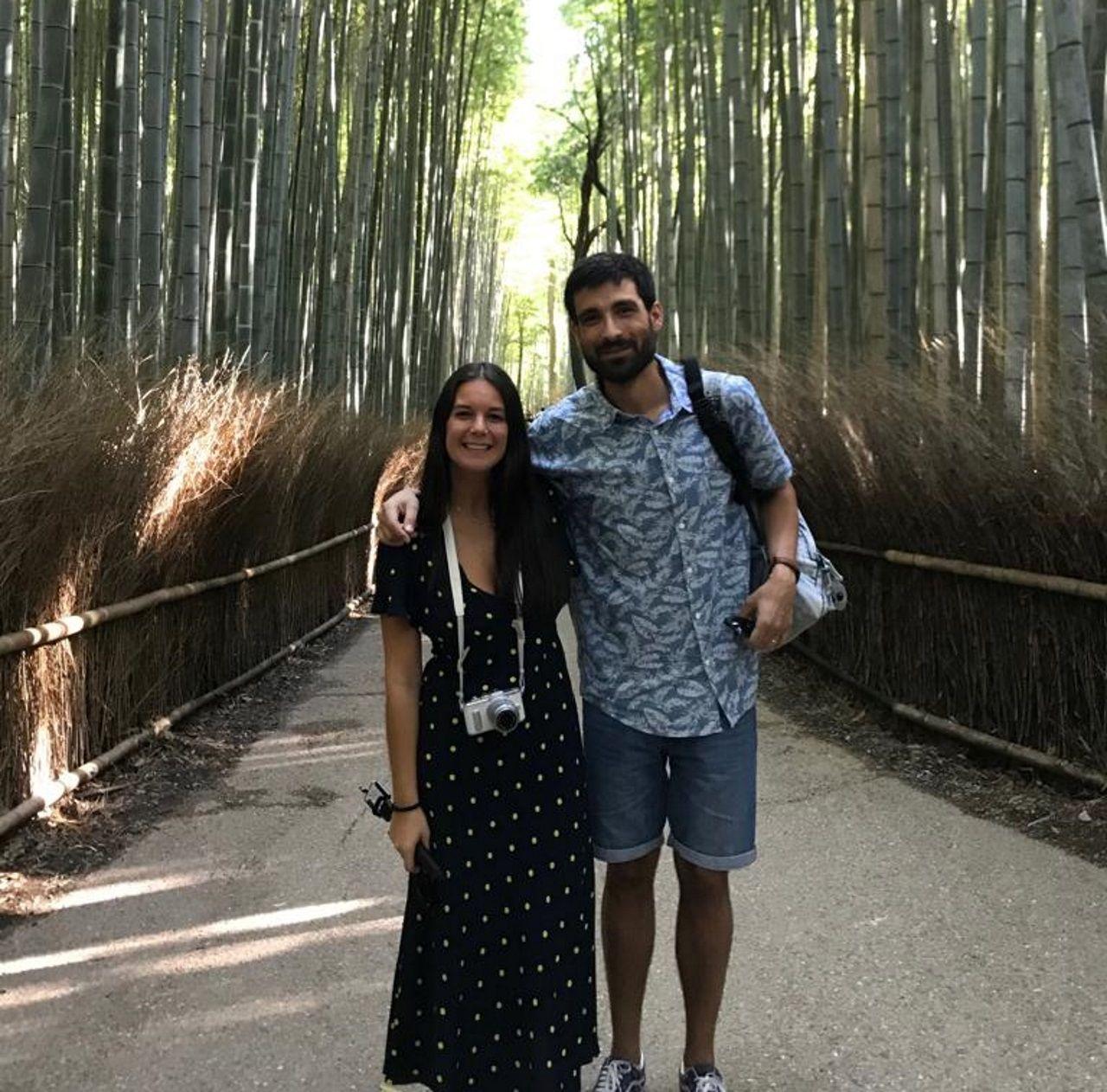 Antía y Álex durante la vista al bosque de bambú en Kioto