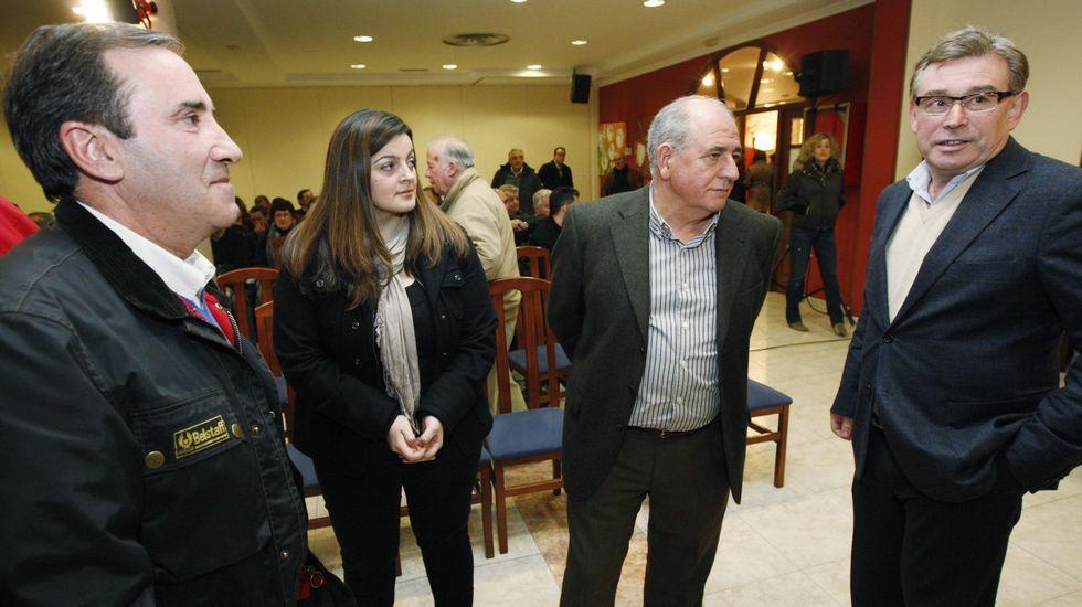 El alcalde de Bóveda, José Manuel Arias, la de Folgoso do Courel, Lola Castro, el de Pantón, José Luis Álvarez, y el actual senador José Manuel Barreiro, en un acto político en Monforte en el 2011