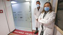 Carlos Crespo y Carmela Dávila, en la farmacia hospitalaria del Chop