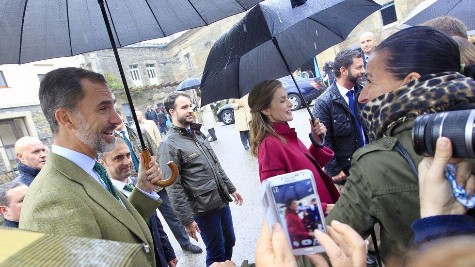 Los Reyes, en Los Oscos.Manifestación en la plaza de La Escandalera en contra de los Premios Princesa de Asturias.