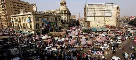 El descenso del número de visitantes afecta gravemente al comercio de los turísticos mercados egipcios.