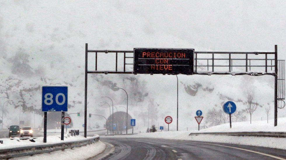 Destino bilingüie.Imagen de la autopista del Huerna que une Asturias con León y que sigue en nivel de alerta verde, después de que esta mañana haya estado cerrada durante varias horas al tráfico de vehículos pesados e incluso para turismos y autobuses que no llevaran neumáticos de invierno.