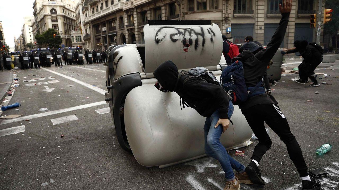 Unos radicales montan barricadas en vía Laietana, cerca de la Jefatura Superior de Policía Nacional, en Barcelona el pasado 18 de octubre