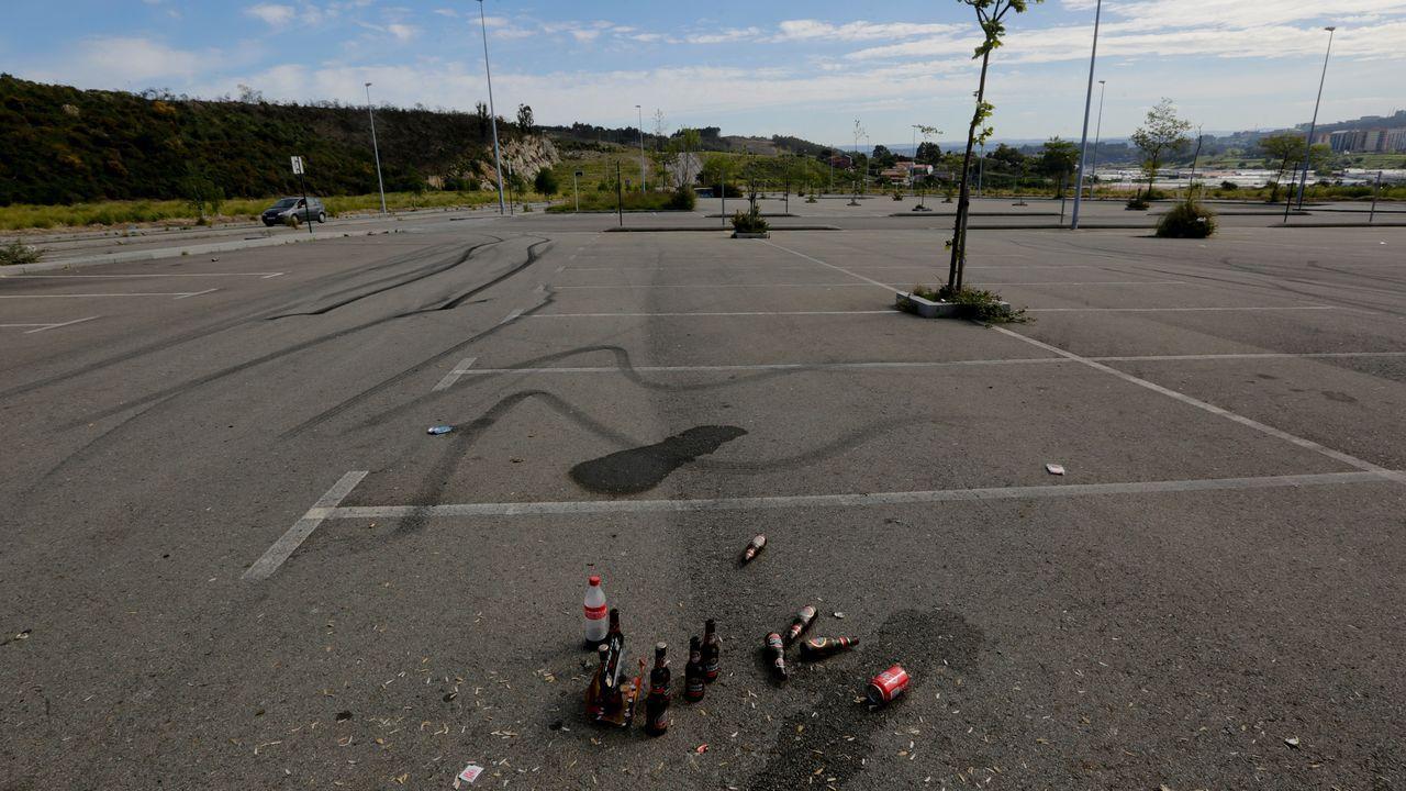 El dispositivo de la agresión en la ronda de Nelle, en imágenes.Restos de botellón y marcas de frenadas por carreras ilegales en Vío.