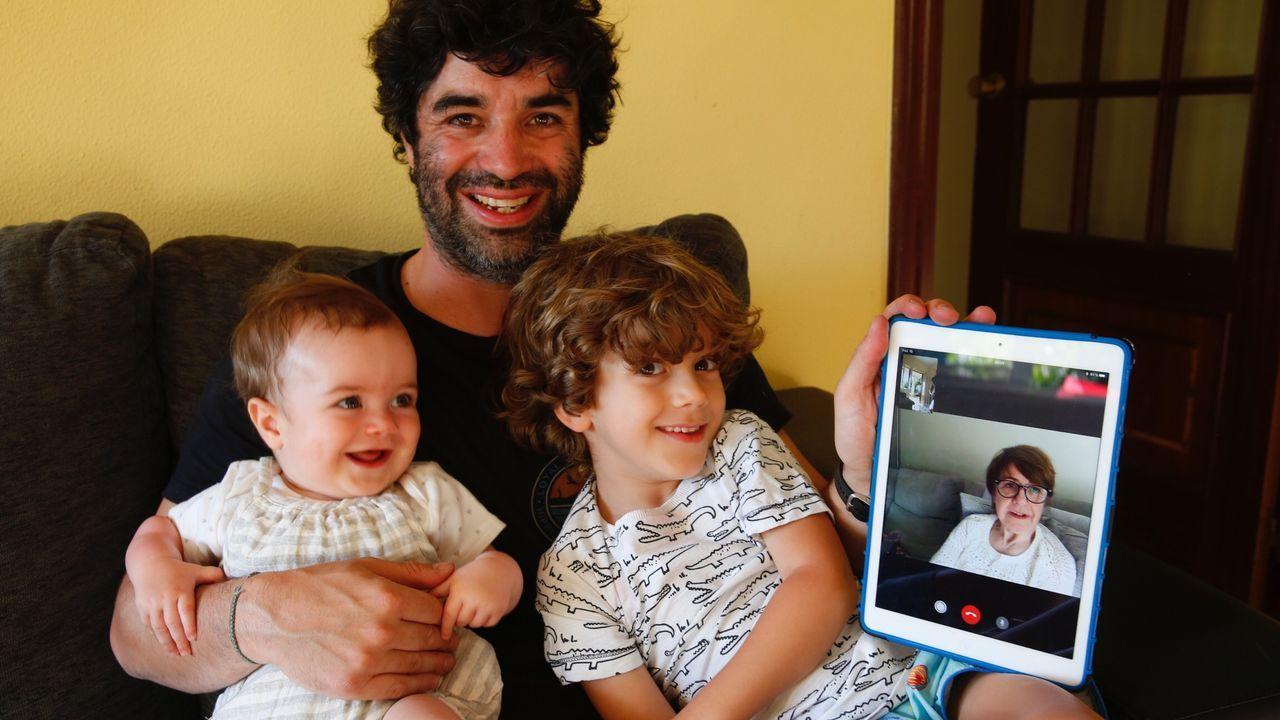 Jaime y sus hijos, hablando con la abuela a través de una videoconferencia
