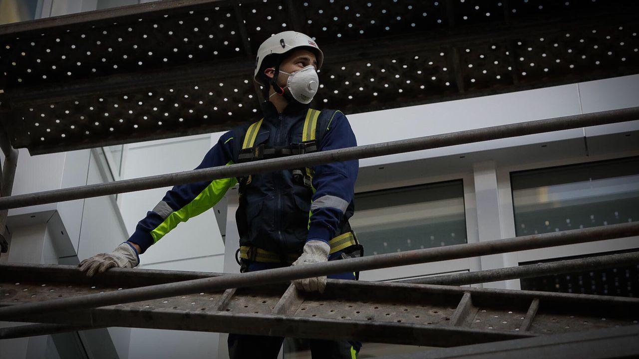 Policía Local y Nacional reparten mascarillas a los usuarios de los autobuses en Pontevedra
