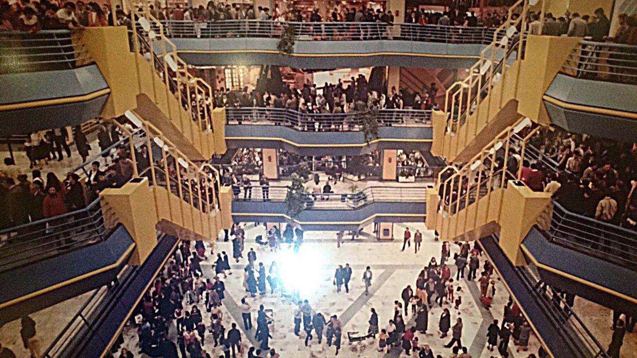 Inauguración del centro comercial Salesas de Oviedo, en octubre de 1982. La planta baja la ocupaba el hipermercado Mamut