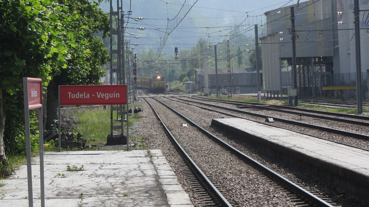 Los vecinos de Seixalbo soportan de madrugada las obras del AVE.Estación de Tudela Veguín, donde hay que acceder a los coches del tren atravesando las vías