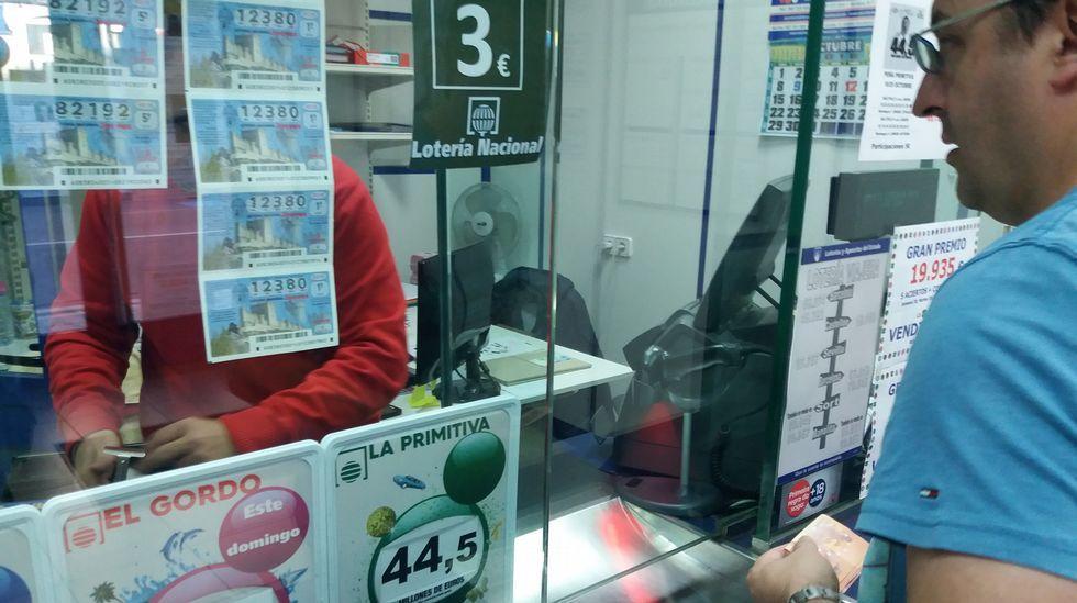 ¿Qué harías si te tocase el Gordo una y otra vez?.David Eimil, detrás de la barra del bar Cascudo, que vendió su lotería de Navidad en 6 días de julio