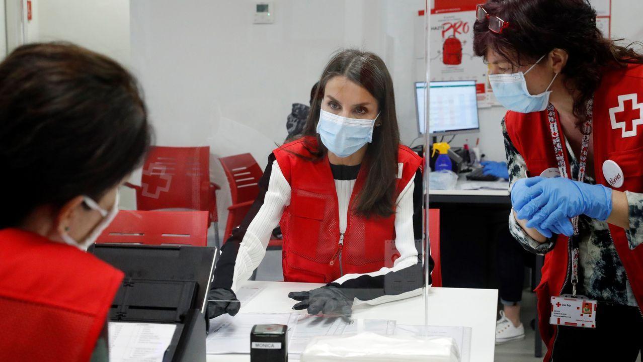 Los reyes visitan de madrugada Mercamadrid.La reina Letizia (c) visita, este lunes, una de las sedes de Cruz Roja en Madrid, para conocer de primera mano la labor que desarrollan esta entidad y sus voluntarios durante la emergencia sanitaria, entre ellas, el apoyo a las personas mayores.