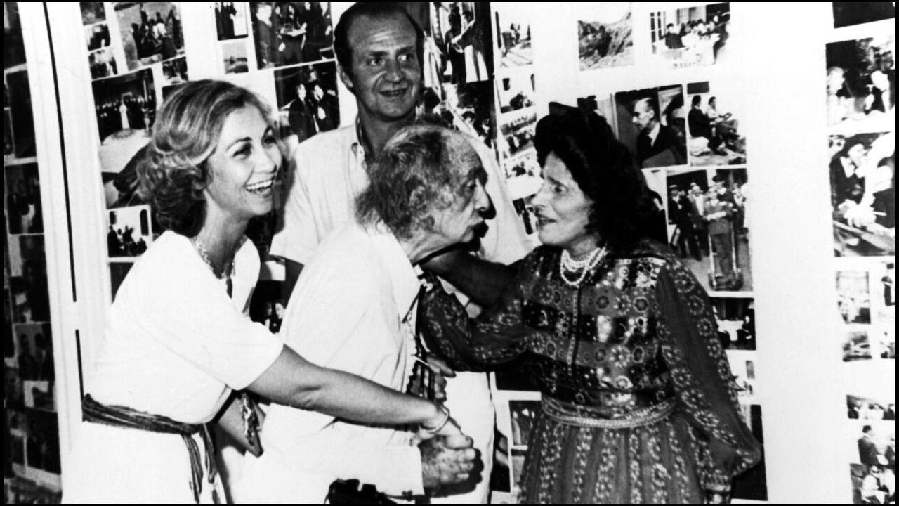 Salvador Dalí y Gala recibiendo al Rey Don Juan Carlos y a la Reina Doña Sofía