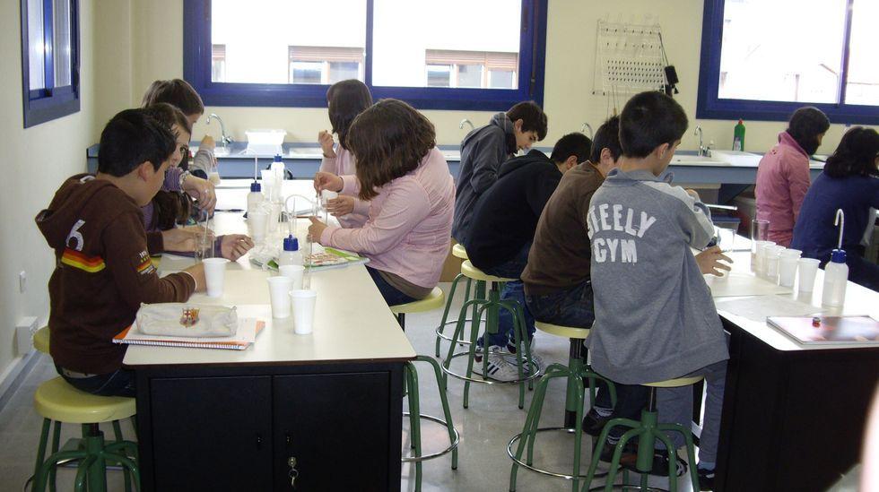 Imagen de archivo de alumnos en un laboratorio escolar. En Timss se le pregunta a los alumnos cuántas veces visitan el laboratorio a lo largo del curso