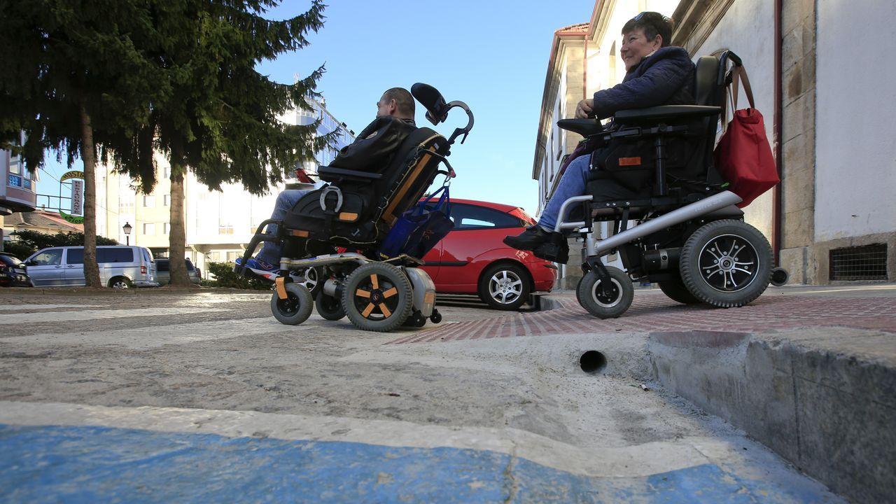 Un paseo visual por el camino de Souto a Cabo de Vila.José Daniel Outeiro y Teresa Díaz Tallón en un paso de peatones de la plaza de la Estación que hace poco tiempo fue adaptado para el tránsito en sillas de ruedas por el Ayuntamiento y Adif