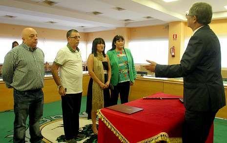Evencio Ferrero casó ayer en el Concello a Eduardo Lodeiro y Victoria Rodríguez.