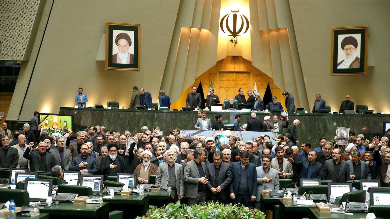 Al final de la sesión legislativa, los diputados iraníes  gritaron «Muerte a EE.UU.» sosteniendo fotografias del general Soleimani