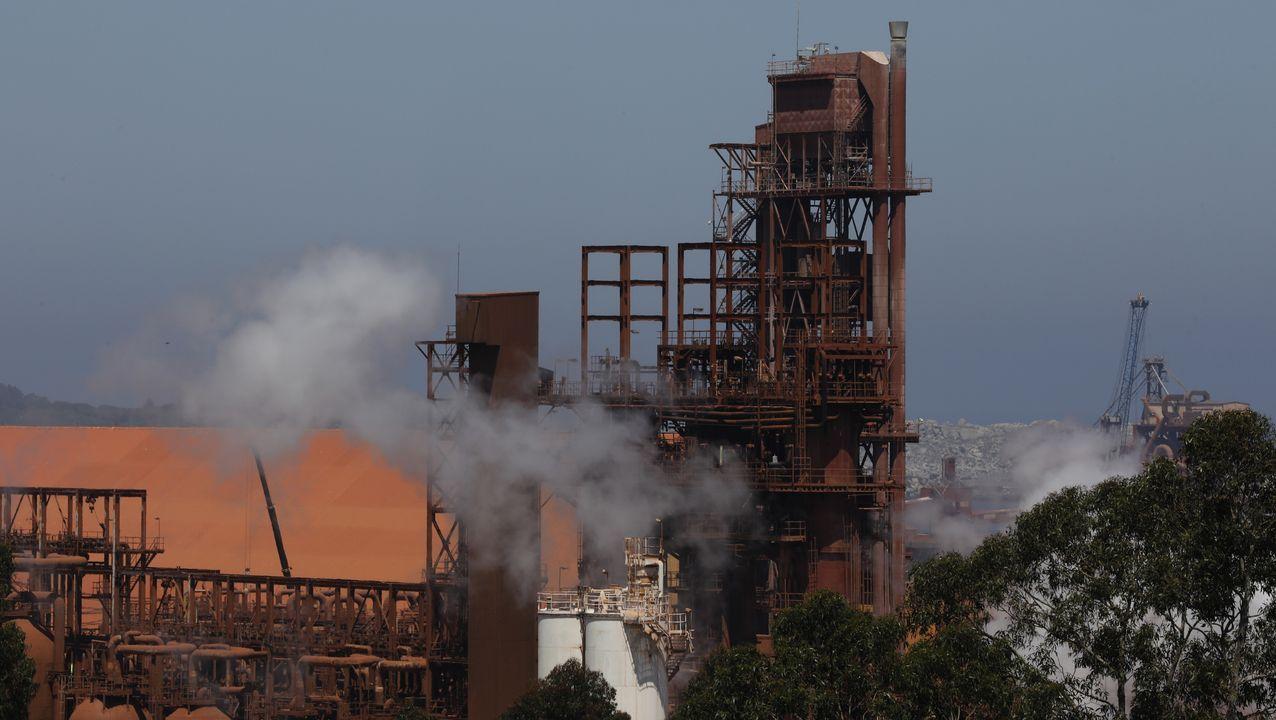 Un polígono industrial plagado de maleza.La fábrica de alúmina y aluminio que Alcoa quiere cerrar parcialmente en San Cibrao