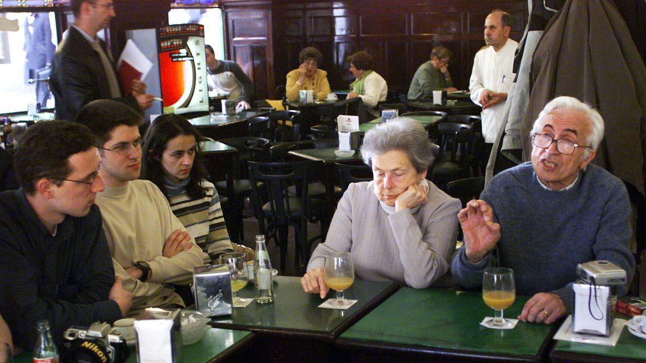 Tertulia en 2002 con Xosé Neira Vilas (a la izquierda), autor de «Memorias dun neno labrego»
