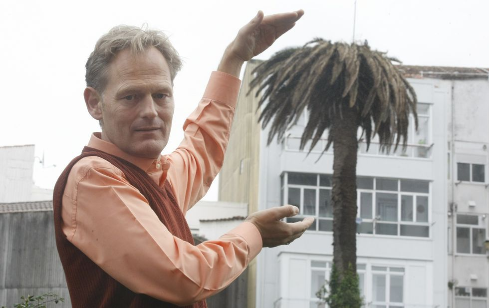 Ralf Glasz, ante una palmera afectada en Carril que a su entender habrá que talar.
