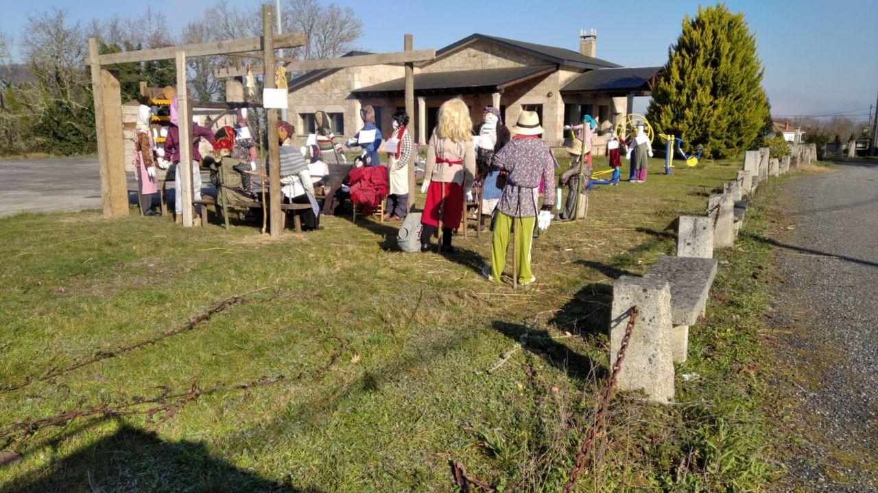 Grupo de comadres junto al local social de la parroquia de Anllo Santo Estevo
