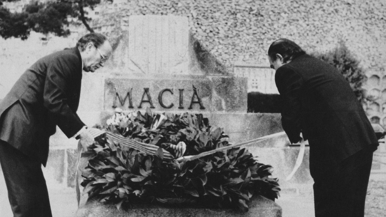 Fernández Albor, presidente de la Xunta de Galicia, y Jordi Pujol, presidente de la Generalitat, en una ofrenda floral ante el monumento al líder independentista catalán Francesc Maciá