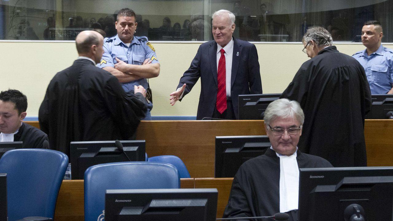 El tribunal ordenó sacar a un irritado Mladic, que sufrió una crisis de hipertensión», de la sala mientras lee su veredicto