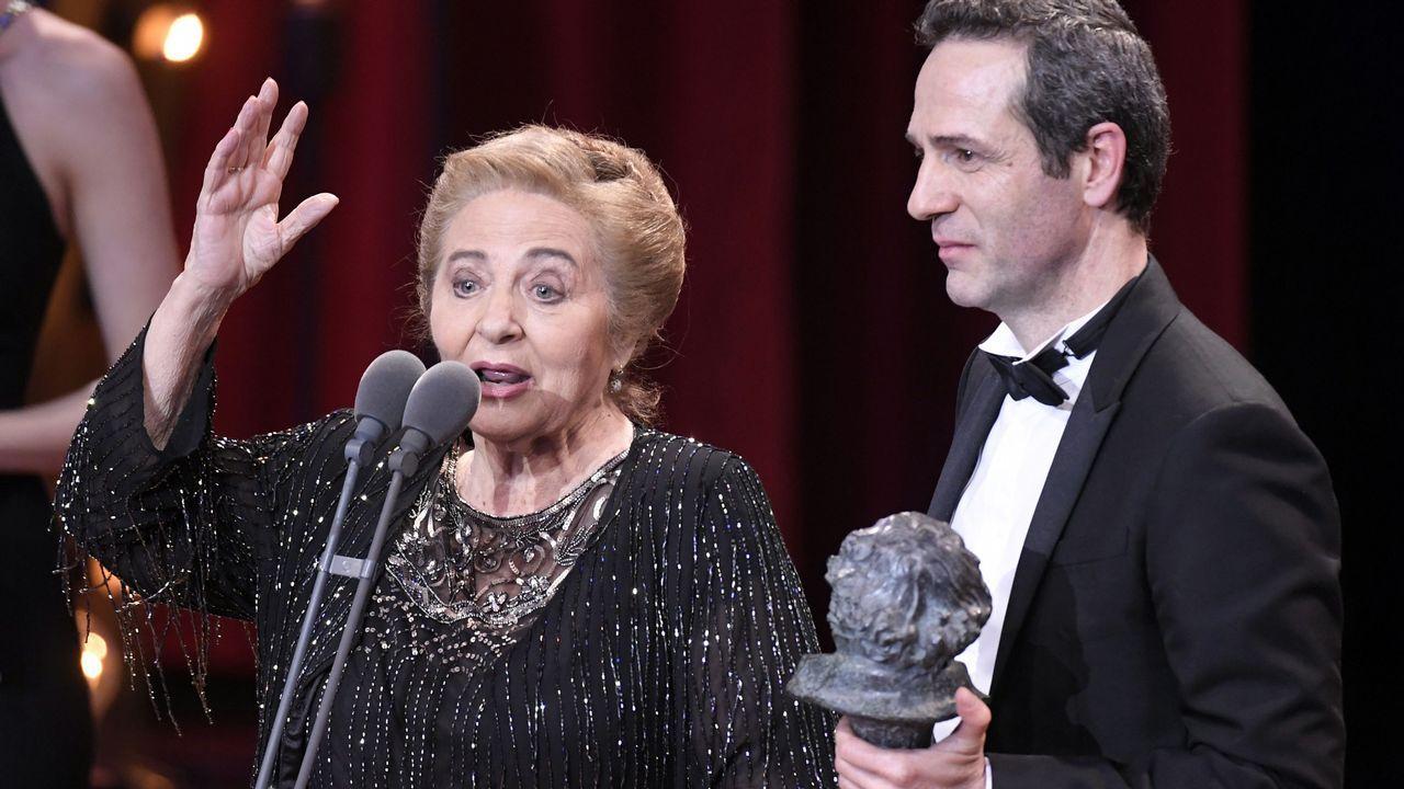 El actor y director Gustavo Salmerón junto a su madre Julita, protagonista de su documental «Muchos hijos, un mono y un castillo» suben a recoger el Goya a la Mejor Película Documental.