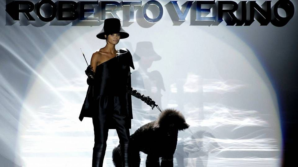 Segunda jornada de la Madrid Fashion Week.Una modelo de Roberto Verino durante el desfile de febrero del diseñador gallego