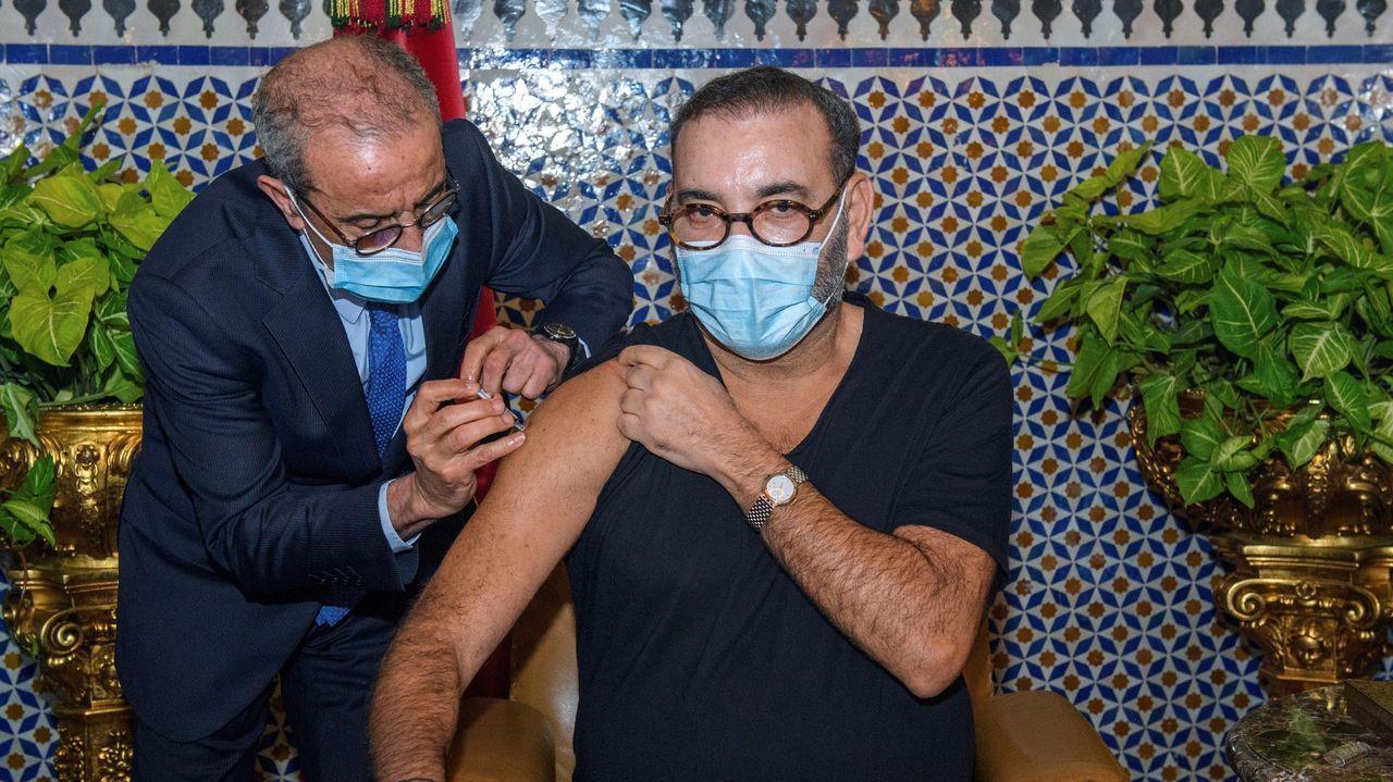 El rey de Marruecos, Mohamed VI, recibe la vacuna en el Palacio Real de Fez