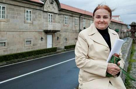 Así nació el 'Caso Cela'.Lola Ramos, ayer en Padrón, ante la sede de la Fundación Cela, a pocos metros de su vivienda.