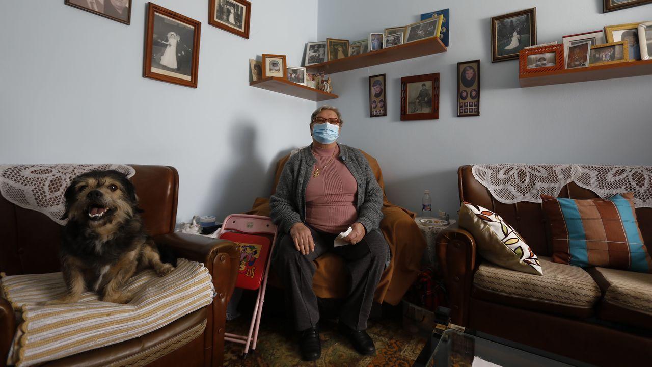 La casa en la que Carmen Nieto ha vivido 40 años.José Dafonte, exalcalde del PP de Trazo, en el despacho que tenía en el Concello