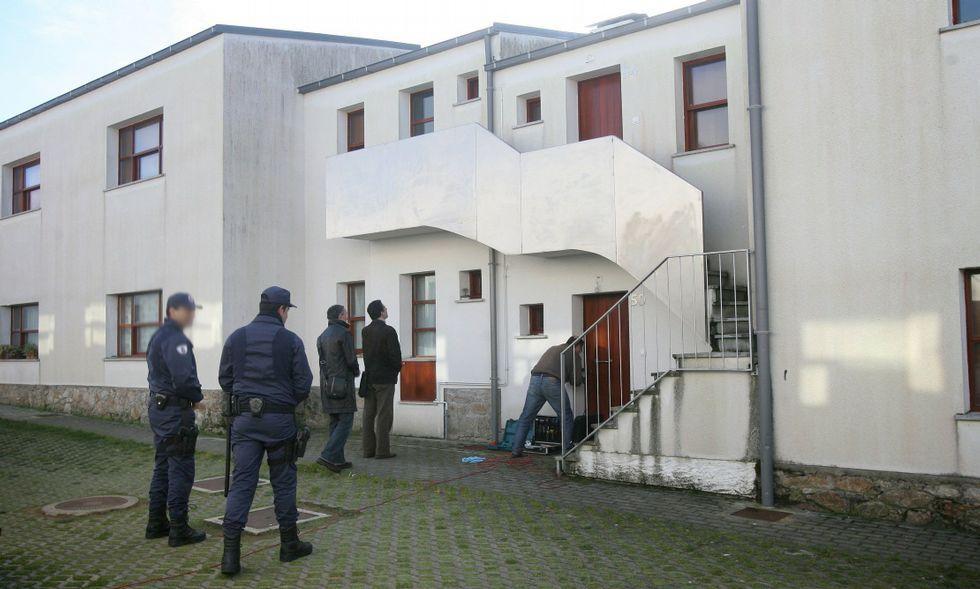 Operativo administrativo, judicial y de cerrajería en el desahucio de un piso en Fontao en 2011.