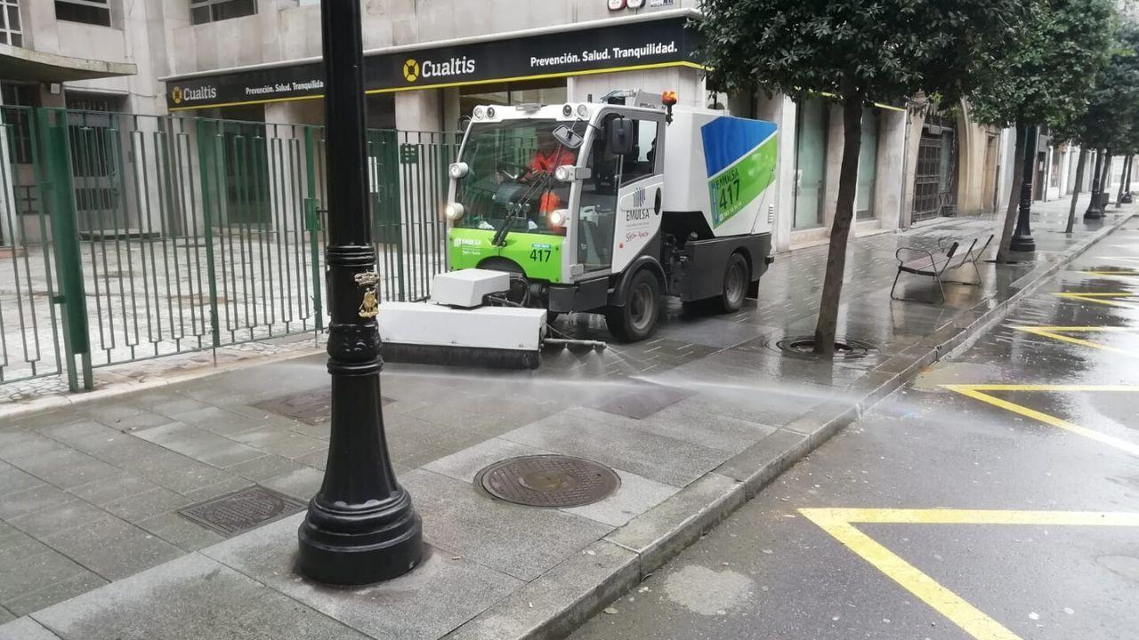 Limpieza viaria de Emulsa en una calle del centro de Gijón