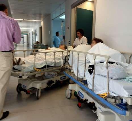 El servicio de urgencias con camillas en los pasillos.