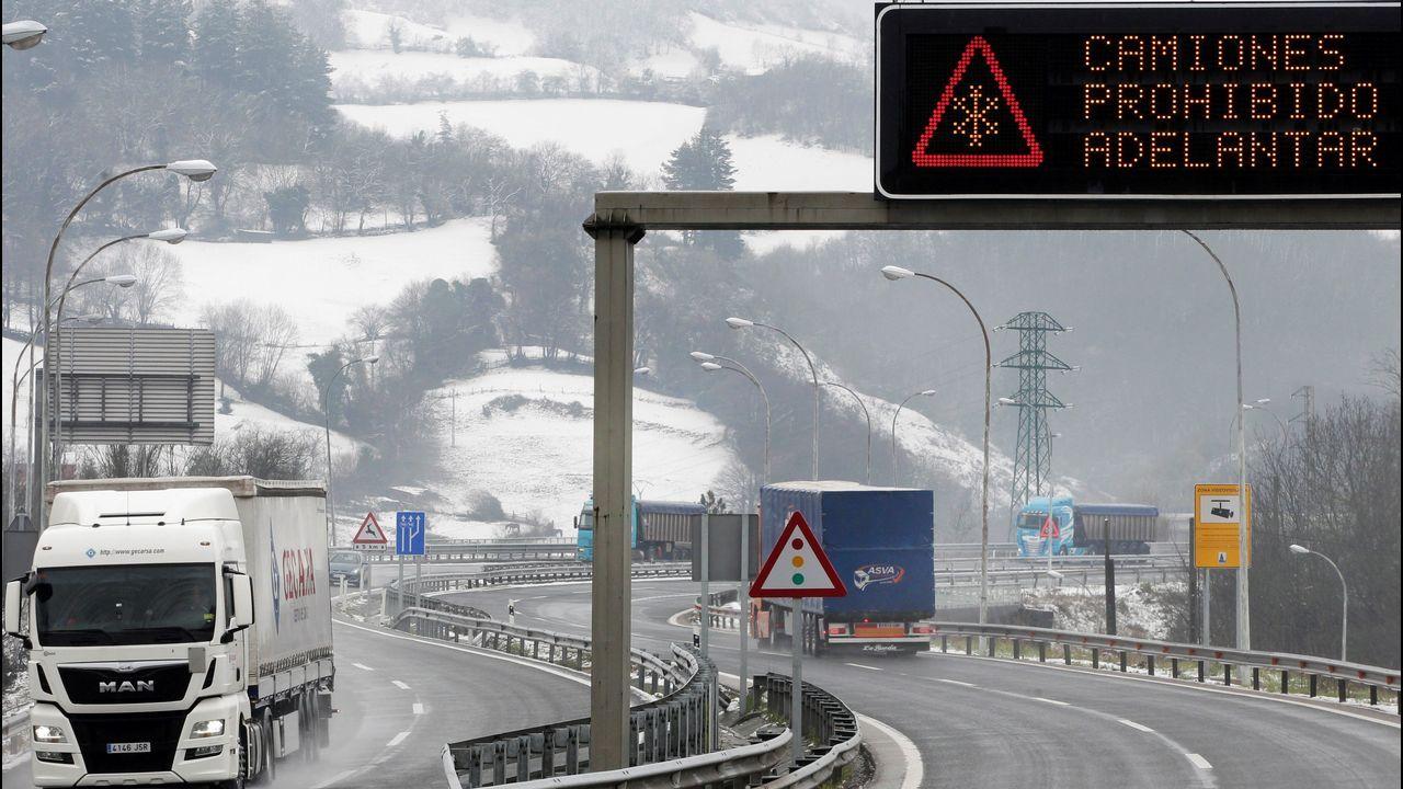 La autopista del Huerna.Un grupo de camiones a la entrada de la autopista del Huerna (AP-66), entre Asturias y León