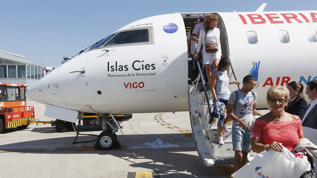 Peinador también desescala: llega el primer vuelo de Canarias.El aeropuerto de Lavacolla esta mañana