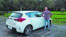 Daniel Xardón lleva en su coche a estudiantes que viven en aldeas de la provincia de Ourense.