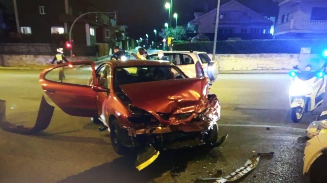 Un camión vuelca en A Fonsagrada y deja atrapado a su conductor.Estado del Renaul Megane, causante del accidente, tras la colisión con otros dos turismos