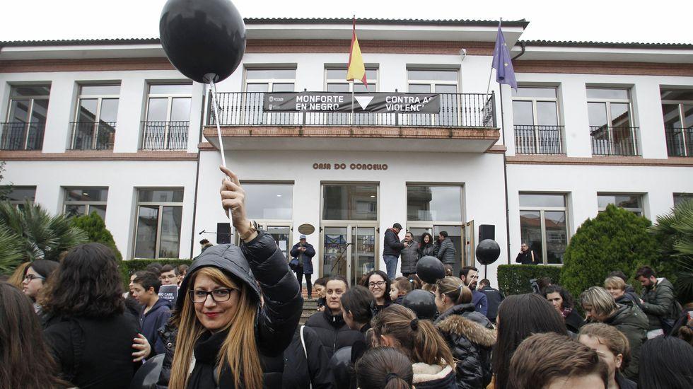 Trescientas personas se concentraron frente al Ayuntamento de Monforte para conmemorar el 25-N
