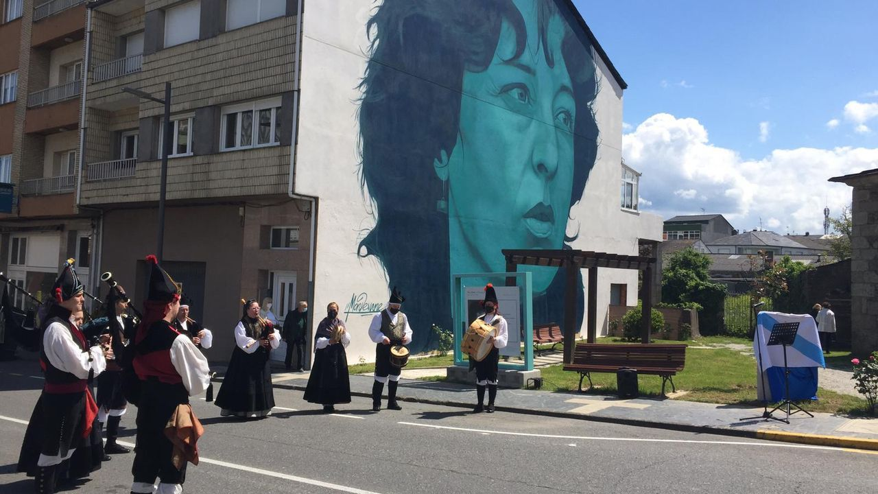 Inauguración en Carballo da praza e do mural dedicados a Xela Arias.Homenaxe en Sarria a Xela Arias, que xa leva o nome dunha céntrica rúa. A familia e Víctor Freixanes descobren un monolito