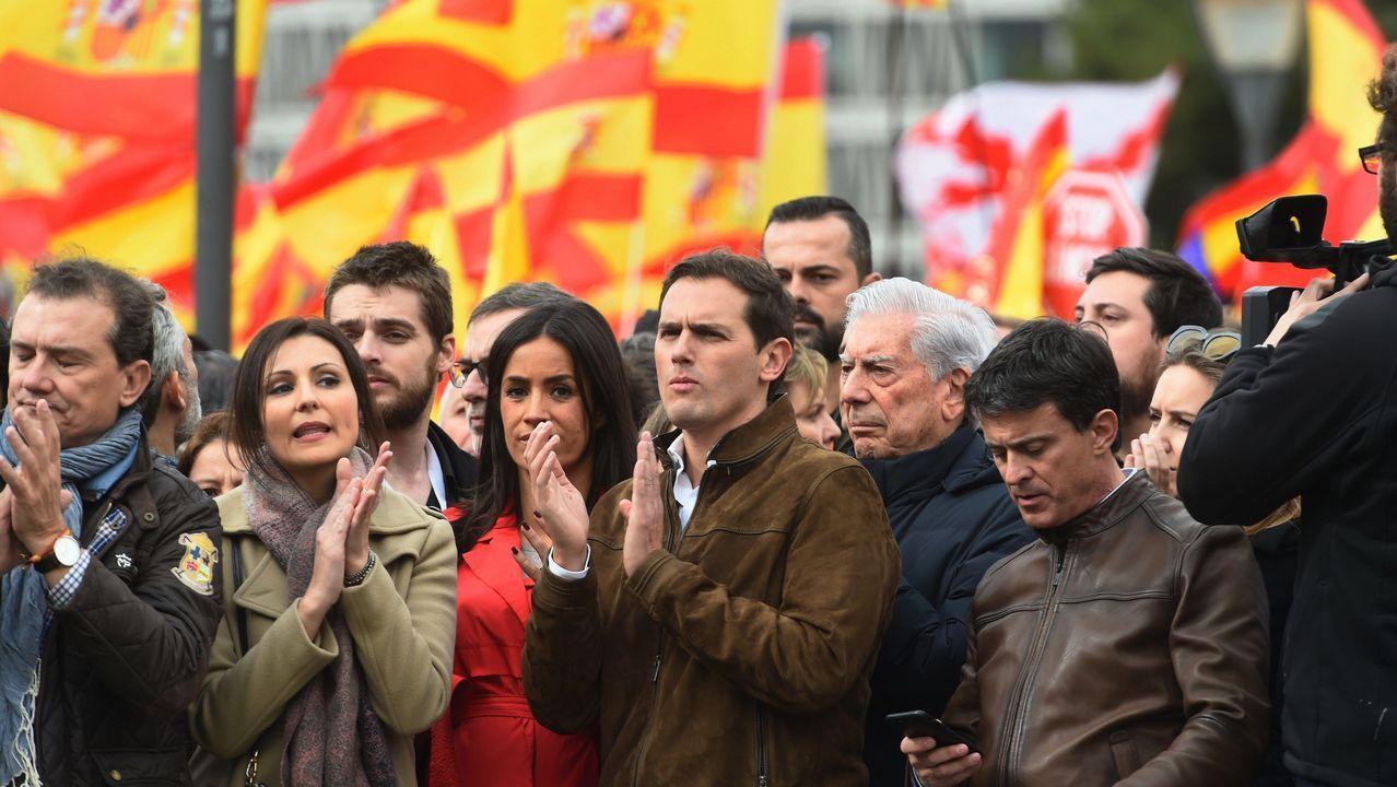 El líder de Ciudadanos, entre la candidata de la formación a la alcaldía de Madrid, Begoña Villacís, y el escritor Mario Vargas Llosa