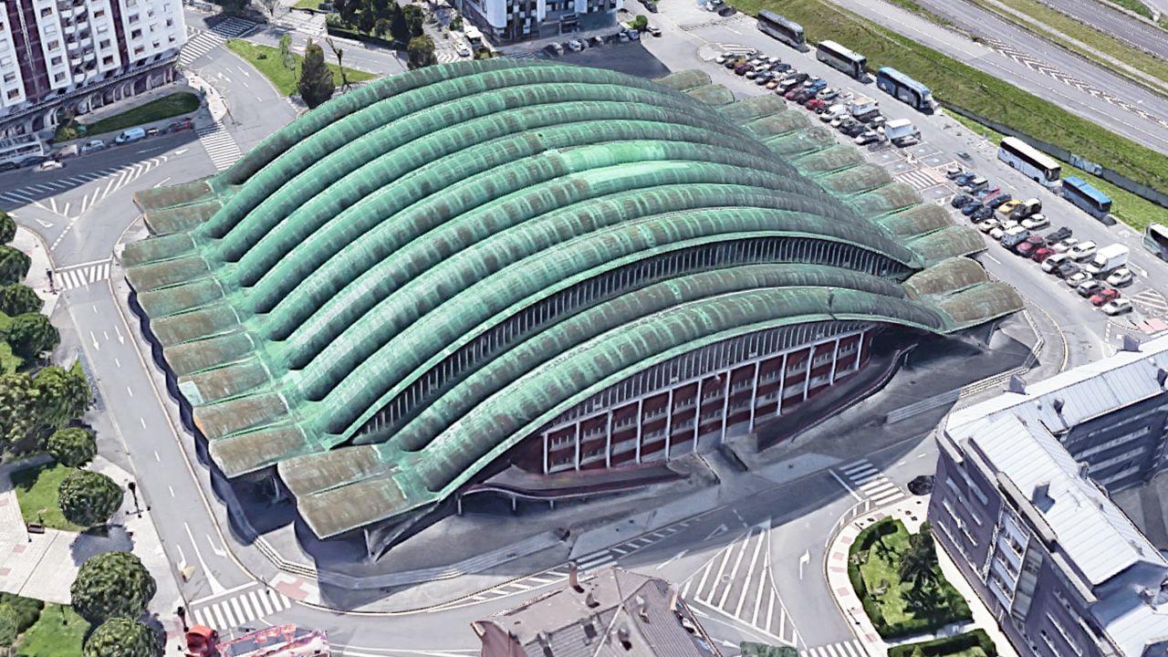 Vista aérea del Palacio de Deportes de Oviedo, construido por el ingeniero Ildefonso Sánchez del Río en 1975. Sobre la cubierta se aprecian los «parches» y el deterioro actual