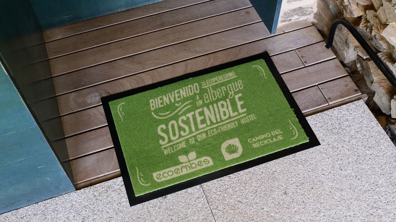 Un felpudo con el lema «bienvenido #ecoperegrino a un albergue sostenible» distinguirá a estos hospedajes e invitará a los peregrinos a implicarse en la campaña