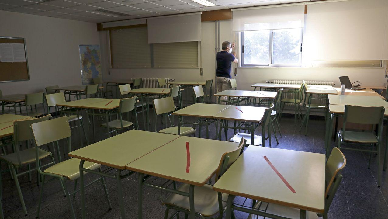 Un aula preparada para examen en la EOI de Santiago, con varias mesas inhabilitadas