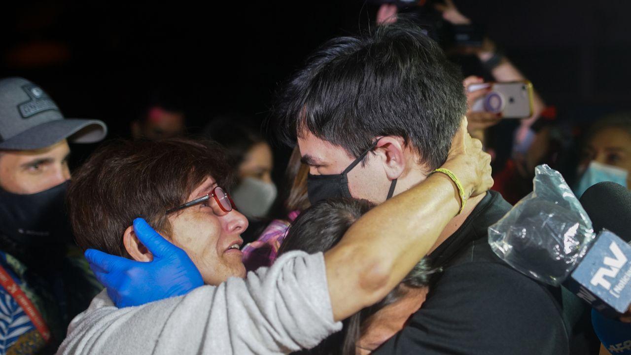 Daniel Hernandez es abrazado por un familiar tras salir de la prisión de Helicoide.