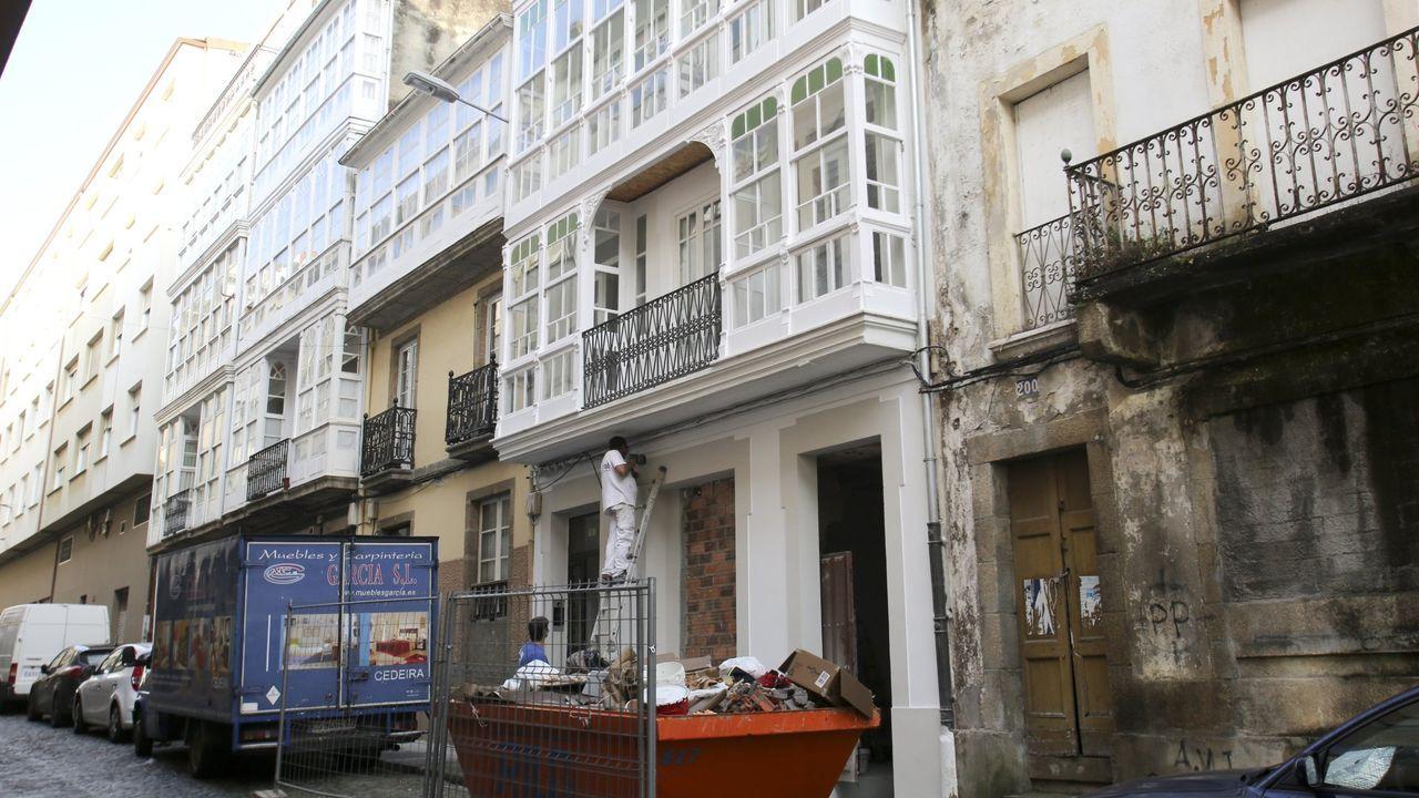 Escape de gas en la calle Troncoso.En la imagen de archivo, una enfermera sostiene un móvil durante una videollamada entre un paciente con covid y sus familiares en Brasil